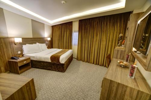 A bed or beds in a room at Nairoukh Hotel Aqaba