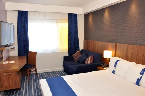 A bed or beds in a room at Holiday Inn Express, Chester Racecourse