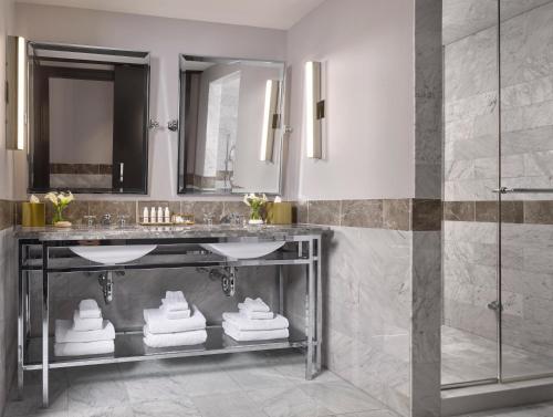 A bathroom at Kimpton Nine Zero Hotel