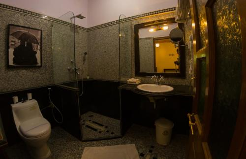 A bathroom at Hotel Pleasant Haveli - Only Adults