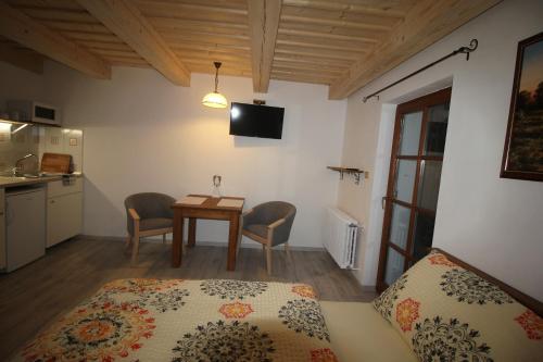 TV a/nebo společenská místnost v ubytování Apartmány u Knajflů