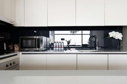 مطبخ أو مطبخ صغير في 2 BR Apartment Stunning Views of Dubai Skyline and Burj Khalifa