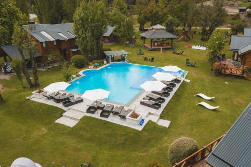 Una vista de la pileta en La Comarca Suites De Montaña & Spa o alrededores