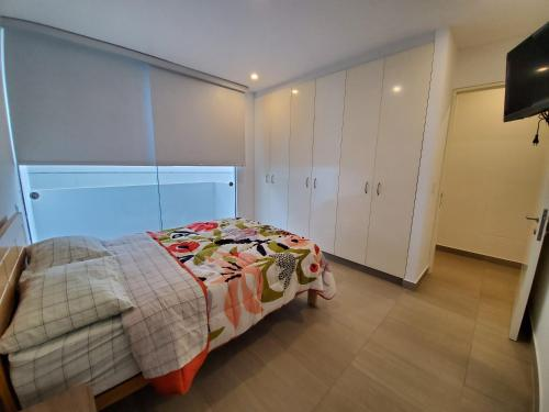 A bed or beds in a room at Nuevo Condominio en Ocean Reef