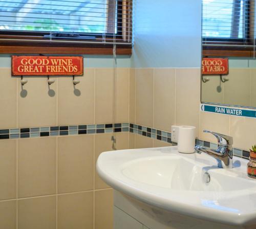 A bathroom at Friends at McLaren Vale