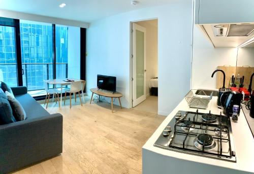 A kitchen or kitchenette at ReadySet Apartments at Lighthouse