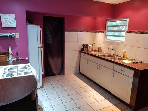 A cozinha ou cozinha compacta de La Vida Local - close to Mambo Beach!
