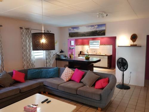 Uma área de estar em La Vida Local - close to Mambo Beach!
