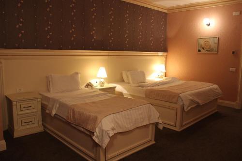 Cama ou camas em um quarto em Alp Inn Hotel