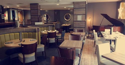 A restaurant or other place to eat at The Tontine Hotel
