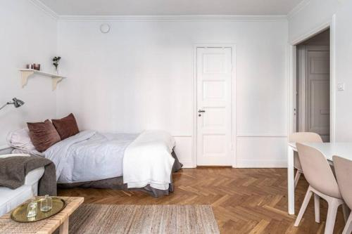 A bed or beds in a room at Gorgeous studio in Södermalm