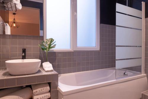 Um banheiro em Hotel 29 Lepic