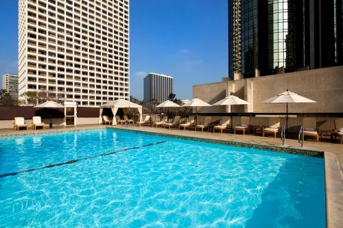 The swimming pool at or close to The Westin Bonaventure Hotel & Suites, Los Angeles