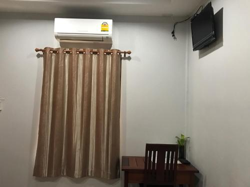 A television and/or entertainment centre at Jim Guesthouse