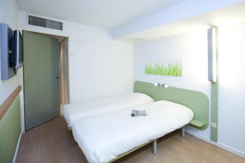 A bed or beds in a room at ibis budget Marseille Vieux Port