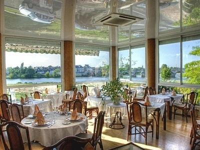 A restaurant or other place to eat at Le Grand Monarque