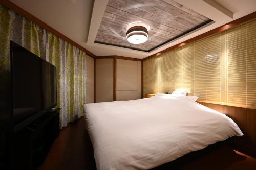A bed or beds in a room at HOTEL The Scene