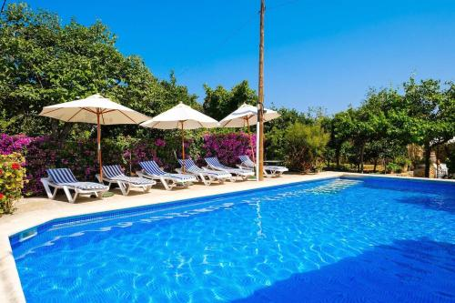 The swimming pool at or near Espaciosa Villa Con Piscina Privada