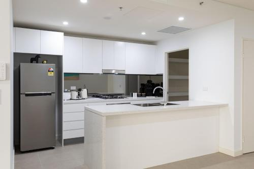 A kitchen or kitchenette at STAY&CO Mascot Station