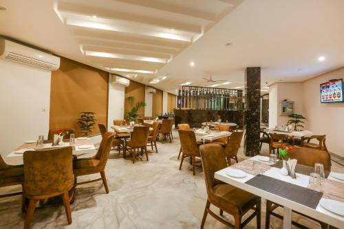 A restaurant or other place to eat at Hotel Almati Inn at Delhi Airport
