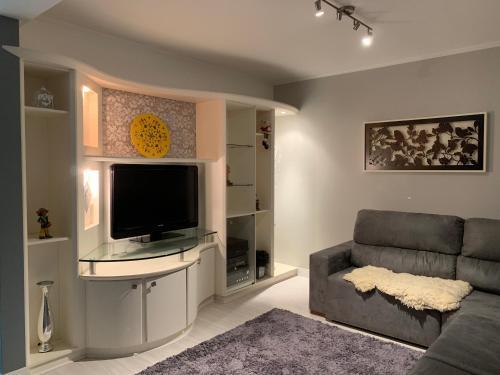 A television and/or entertainment centre at Linda casa em Bento Gonçalves