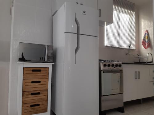 A kitchen or kitchenette at APARTAMENTO COMPLETO EM CAXIAS DO SUL - RS