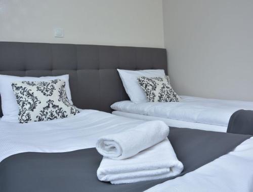 Łóżko lub łóżka w pokoju w obiekcie Hotelik 51