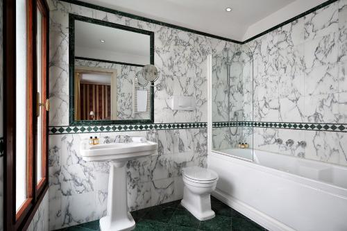 A bathroom at Sina Palazzo Sant'Angelo