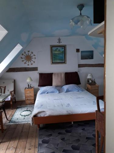 A bed or beds in a room at La Sirène