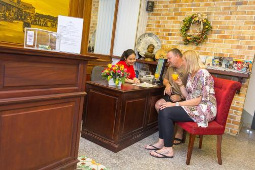 A family staying at Ben Thanh Boutique Hotel