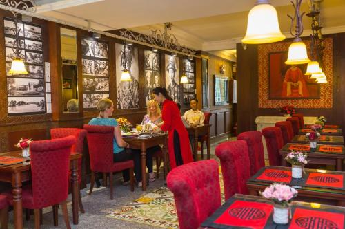 A restaurant or other place to eat at Ben Thanh Boutique Hotel