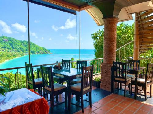 A restaurant or other place to eat at Sea Breeze Resort