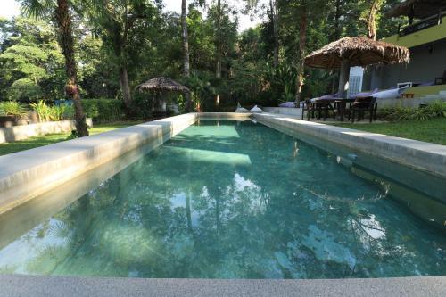 Der Swimmingpool an oder in der Nähe von Lazy Republique