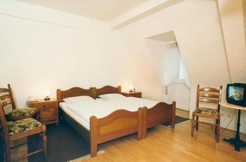 A bed or beds in a room at Hotel zum Pfalzgrafen
