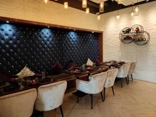 A restaurant or other place to eat at West Zone Plaza Hotel Apartment (Formerly Winchester Hotel Apts)