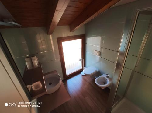 A bathroom at Azzano Holidays B&B