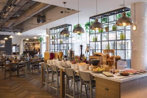 Un restaurante o sitio para comer en Novotel London Bridge
