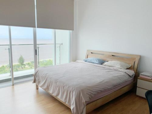 A bed or beds in a room at Bay Resort Condominium, 7, Beach-front Sea view, 6-8 PAX
