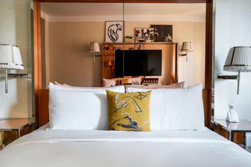 A bed or beds in a room at Mondrian Park Avenue