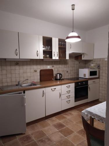 A kitchen or kitchenette at Cozy house