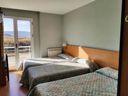 A bed or beds in a room at Hotel Área de Calahorra
