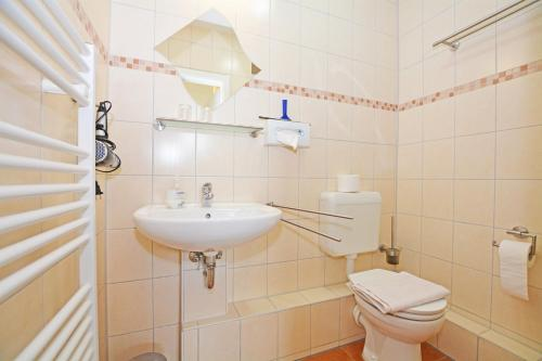 A bathroom at Hotel-Pension Weimann