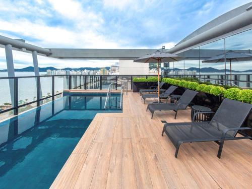 A piscina localizada em Novotel Florianopolis ou nos arredores