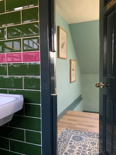 A bathroom at Mulberry Cottage, Bowden