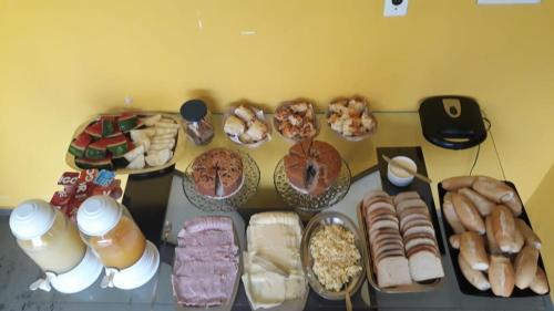 Breakfast options available to guests at Hostel da Lua