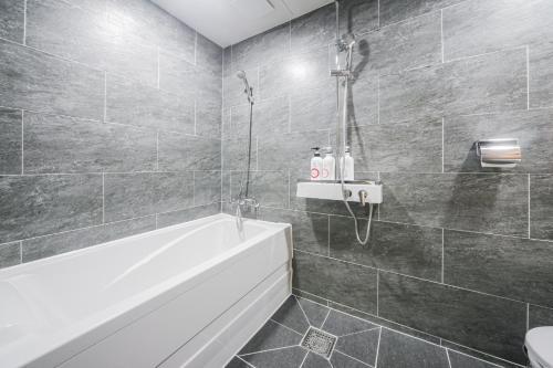 A bathroom at PRIMO Hotel