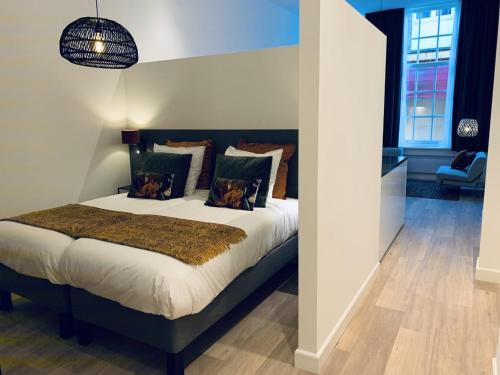 A bed or beds in a room at Noordeinde City Apartments