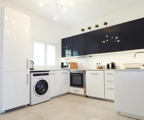 A kitchen or kitchenette at Little Iremia