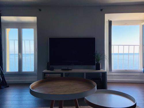 A television and/or entertainment center at Appartement Vue mer Citadelle