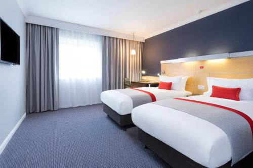 A bed or beds in a room at Holiday Inn Express Park Royal